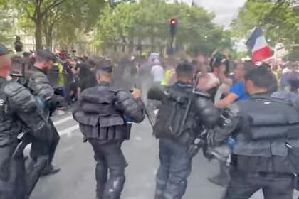 В Париже применили слезоточивый газ на демонстрации против вакцинации