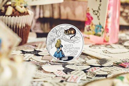 В Великобритании выпустили монеты с Алисой в Зазеркалье