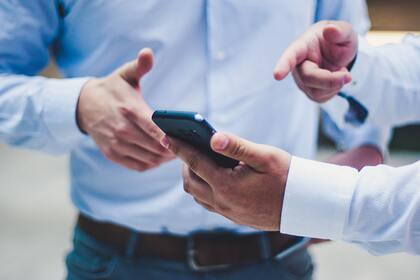 Эксперт перечислил опасные темы для обсуждения возле смартфона
