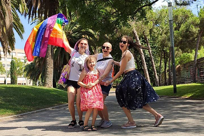 Россию покинули участницы проекта сети магазинов «ВкусВилл» про ЛГБТ-семью