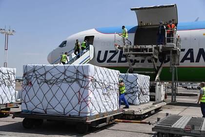Президент Узбекистана разрешил отстранять от работы непривитых сотрудников