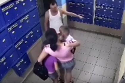 Россиянин избил детей в подъезде и попал на видео