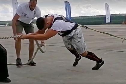 Россиянин сдвинул с места 65-тонный самолет и установил рекорд