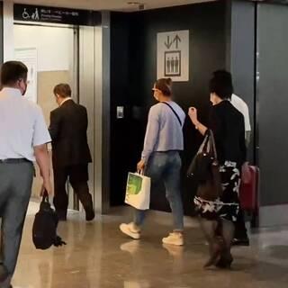 Кристина Тимановская (в центре) в аэропорту Токио перед вылетом в Вену