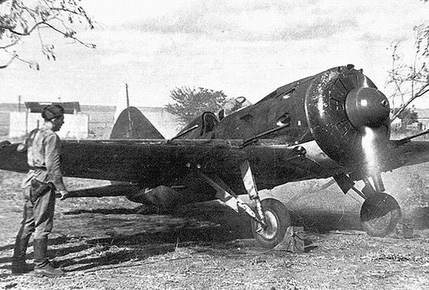 Советский истребитель И-16 на старте перед вылетом на задание в районе Одессы, 1941 год
