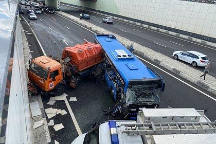 Названа причина крупного ДТП с «КамАЗом» и автобусом в Москве
