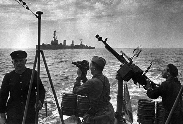 Кинооператор Марк Трояновский снимает уход кораблей Черноморского флота из Одессы, 16 октября 1941 года