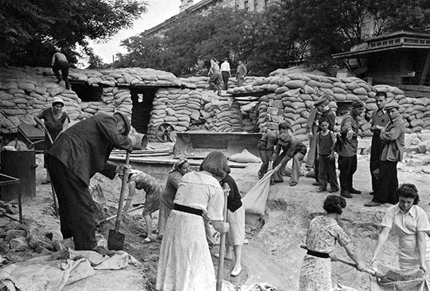 Одесситы строят баррикады, 1 августа 1941 года