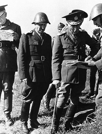 Румынский кондукэтор маршал Йон Антонеску с офицерами у карты
