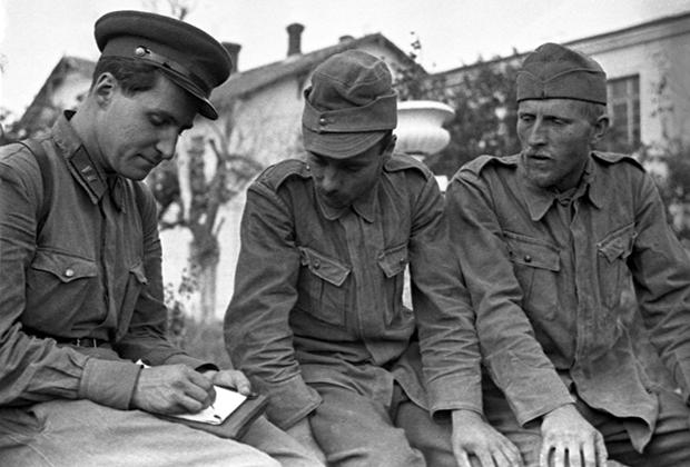 Фронтовой корреспондент газеты «Красная звезда» Константин Симонов беседует с румынскими военнопленными под Одессой, 28 августа 1941 года