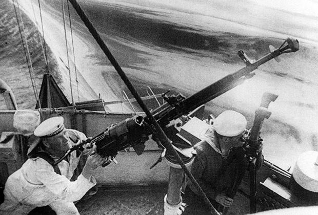 Матрос у зенитного пулемета ДШК советского эсминца «Сообразительный» во время обороны Одессы