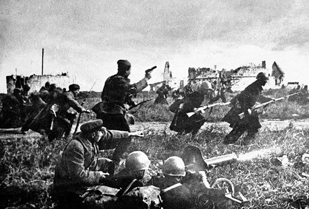 Расчет советского пулемета «Максим» поддерживает атаку пехоты в бою под Одессой