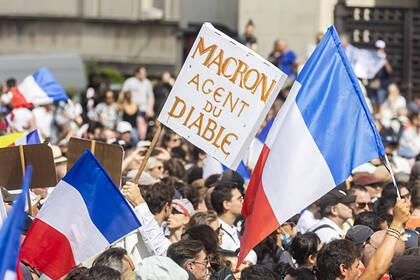 Макрон обвинил протестующих французов в потере чувства реальности