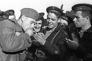 Пехотинцы и моряки в перерыве между боями во время обороны Одессы