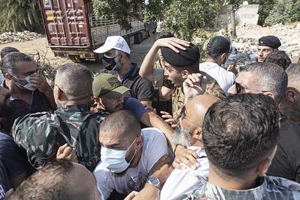 Демонстранты в Бейруте закидали силовиков камнями
