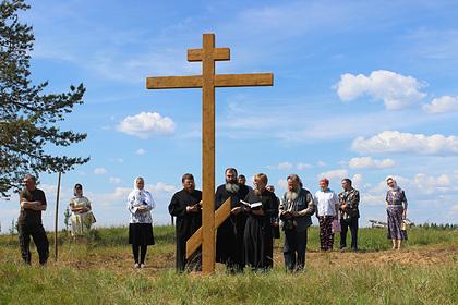 Россияне установили поклонный крест староверам деревни Конецбор