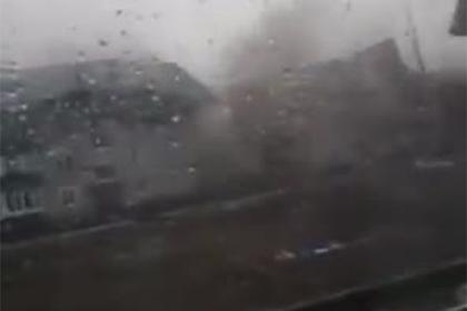 В российском регионе сорванные ураганом крыши домов попали на видео