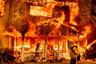 """Жаркое лето стало причиной множества пожаров  в США — к концу июля в стране зафиксировали почти 90 очагов возгораний, огонь <a href=""""https://edition.cnn.com/2021/07/25/weather/us-western-wildfires-sunday/index.html"""" target=""""_blank"""">выжег</a> 1,5 миллиона гектаров земли. Больше всего пострадали западные штаты, где были зафиксированы чрезвычайно засушливые условия. Экстремальные температуры сильнее всего ударили по западным штатам: в Айдахо зафиксировали 23 крупных очага, а лидером по площади сожженной территории оказался Орегон — 541,3 тысячи уничтоженных гектаров.<br><br>От стихии серьезно пострадала и Калифорния. Крупнейший в штате пожар обрушился на сельский город Дойл в округе Лассен с населением 700 человек. На фото изображено одно из зданий, которое было полностью охвачено огнем. В общей сложности пламя <a href=""""https://edition.cnn.com/2021/07/14/weather/california-doyle-second-wildfire-in-a-year/index.html"""" target=""""_blank"""">уничтожило</a> в Дойле 33 дома, жителей были эвакуированы. Пеплом покрыто более 3,7 тысячи гектаров земли. Подобное испытание постигает город второй раз за год — в ноябре лесной пожар <a href=""""https://inciweb.nwcg.gov/incident/7269"""" target=""""_blank"""">уничтожил</a> 40 построек и 1,1 тысячи гектаров земли."""