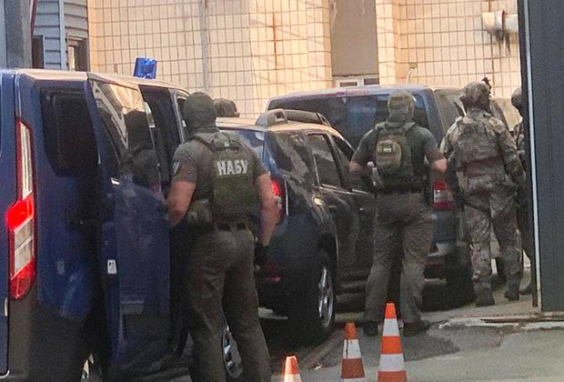 Спецназ НАБУ во дворе здания СБУ