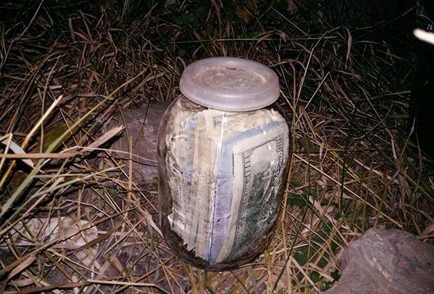 Банка с деньгами, выкопанная на огороде судьи Чауса