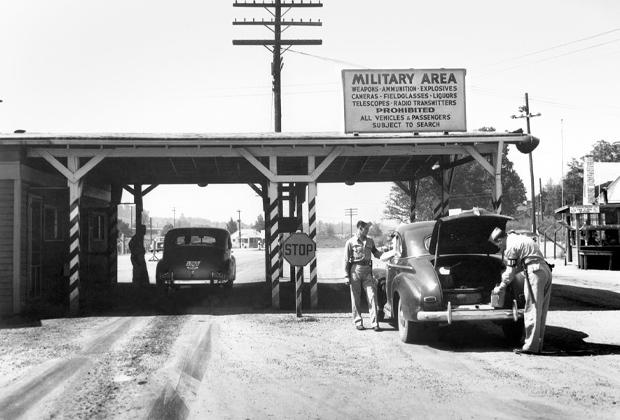 Вход через ворота Эльзы на инженерный завод Клинтона (подразделение «Манхэттенского проекта»), 1945 год