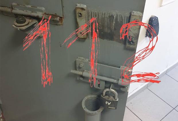 Дверь камеры ИВС в Истре, откуда сбежали заключенные