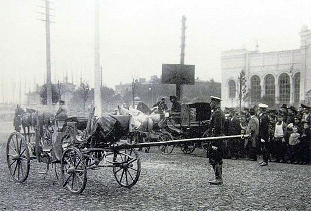 Место убийства министра внутренних дел Вячеслава фон Плеве. Остатки кареты министра после взрыва брошенной в нее бомбы. Июль 1904 года