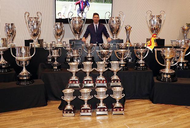 Лионель Месси с трофеями, выигранными за «Барселону»
