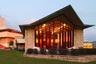 """На протяжении 20 лет, до 1958 года, Райт работал над проектом Южного колледжа во Флориде — директор учреждения попросил архитектора <a href=""""https://www.flsouthern.edu/frank-lloyd-wright/frank-lloyd-wright-history.aspx"""" target=""""_blank"""">создать</a> «образовательный храм», непохожий ни на один другой в мире. Сегодня кампус считается одним из самых красивых университетских городков США и самым большим комплексом, созданным Райтом на одном участке. Архитектор <a href=""""https://franklloydwright.org/site/florida-southern-college/"""" target=""""_blank"""">решил возвести</a> на 33 гектарах земли истинно американский кампус. В итоге там появились девять объектов, включая две часовни, библиотеку и аудитории.<br><br>Здания выполнены из светлого бетона и камня с яркими акцентами в виде красных ступеней, пандусов и витражей. Оригинальным дизайном отличается часовня: многоуровневая конструкция достигает в высоту почти 20 метров и считается первой в стране часовней колледжа, выполненной в современном стиле. Кампус относится к национальным памятникам и открыт для туристов."""