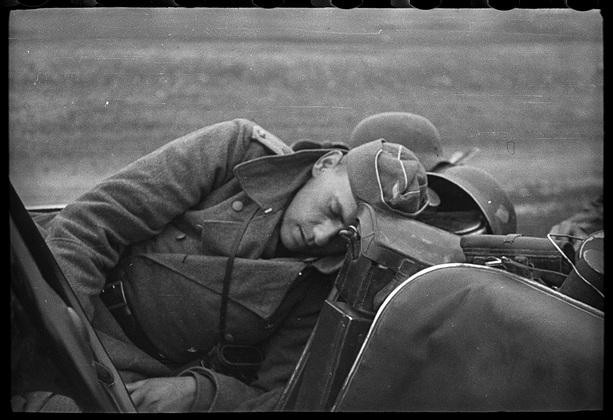 Солдат из 7-й танковой дивизии вермахта спит в машине во время привала. Белоруссия, СССР, 1941 год.