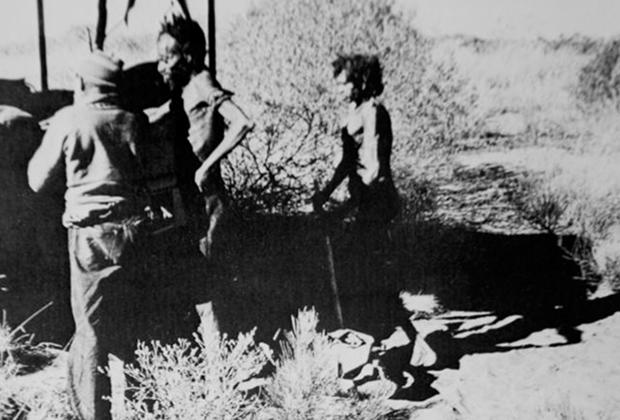 Варри и Ятунгка садятся в автомобиль спасательной экспедиции