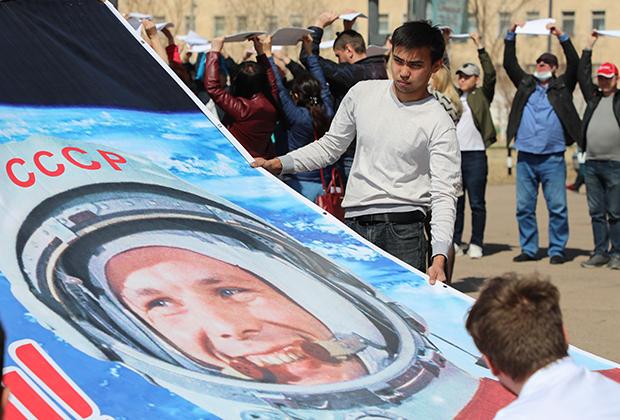 Студенты филиала МАИ с плакатом готовятся к юбилею Байконура