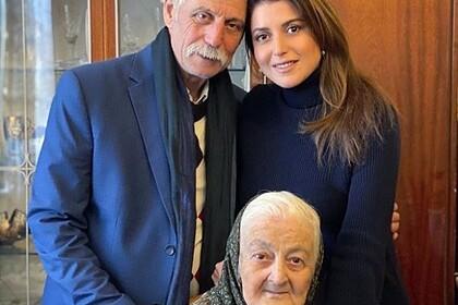 Жасмин с отцом Львом Манахимовым и бабушкой Сарой