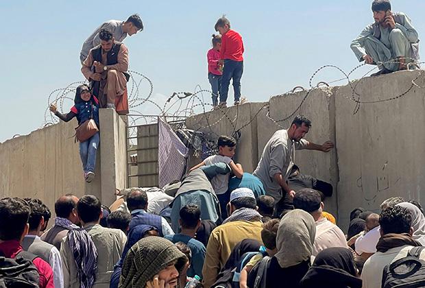 Беженцы у аэропорта Кабула