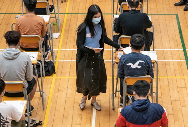 Китайские студенты сдают экзамен на получение диплома о втором высшем образовании
