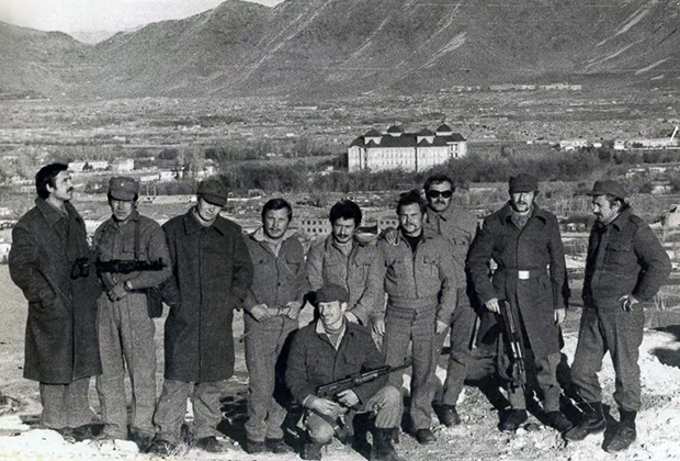 Владимир Цветков — в центре, на переднем плане. На заднем плане — дворец Амина