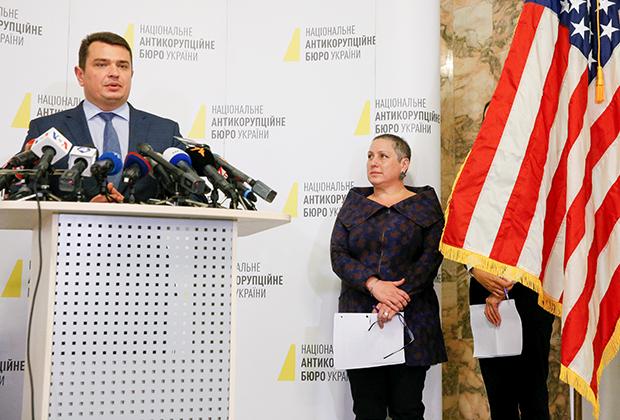 Директор Национального антикоррупционного бюро Украины Артем Сытник (слева) и помощник государственного секретаря США Кирстен Мэдисон