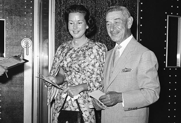 Майкл Романофф с женой Глорией получает американский паспорт. 1958 год