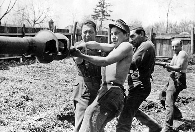 Немецкие танкисты чистят ствол штурмового орудия на Восточном фронте