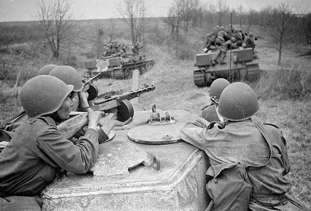 Танки Т-34-76 5-го гвардейского танкового корпуса с десантом на броне движутся, укрываясь за складками местности, 1943 год