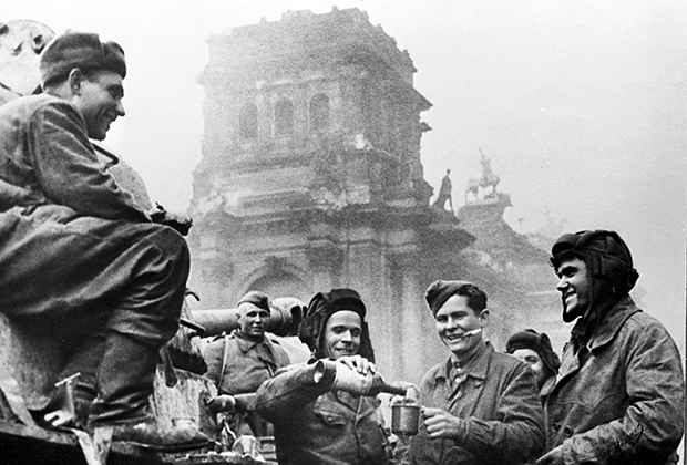 Экипаж танка Т-34 «Боевая подруга» у рейхстага в мае 1945 года