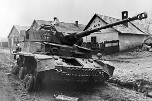 Подбитый немецкий танк в окрестностях Будапешта