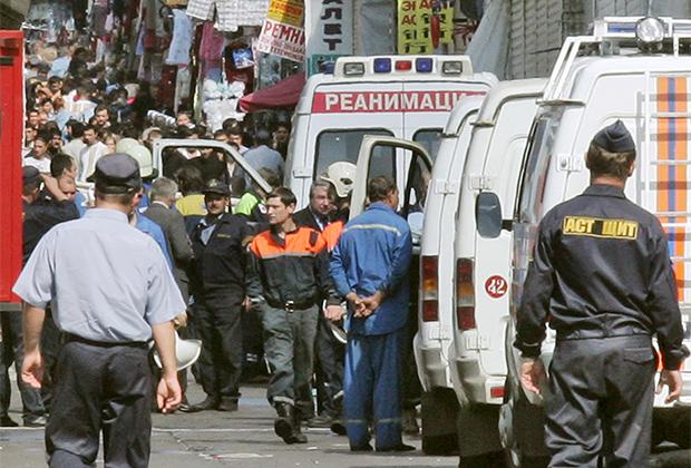 Сотрудники правоохранительных органов во время осмотра места взрыва на территории Черкизовского рынка. 21 августа 2006 года