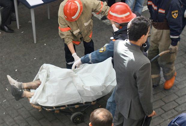 Сотрудники МЧС увозят тело погибшего при взрыве на Черкизовском рынке. 21 августа 2006 года