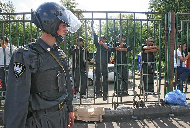 Сотрудник правоохранительных органов в оцеплении места взрыва на Черкизовском рынке. 21 августа 2006 года
