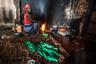 Люди в отеле живут в антисанитарных условиях. Им приходится готовить еду прямо на бетонном полу. В «некогда элегантном вестибюле» оборудованы подобие плит, которые работают на древесном угле. Сохин запечатлел на фото местную жительницу — женщина сидит на камне перед огнем в окружении мисок, канистр, пластиковых бутылок и жестяных банок. Стены почернели от сажи.