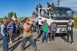 Протестующие требуют национализации месторождения Кумтор и увеличения льгот