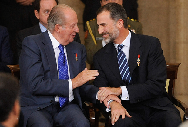 В 2014 году 76-летний Хуан Карлос (слева) отрекся от престола. Королем стал его старший сын Филипп (справа)