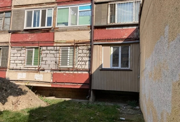 Окна квартиры на первом этаже, которую снимал предполагаемый убийца