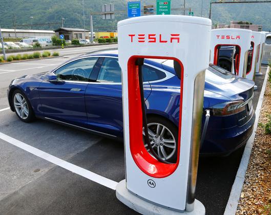 Электромобиль Tesla у зарядной станции
